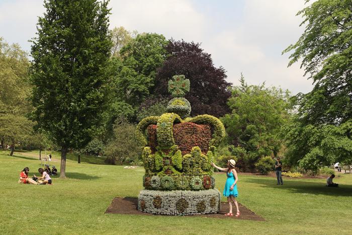 Цветочная корона и другие убранства в садах Британии к юбилею правления королевы Елизаветы II. Фото:  Oli Scarff,  Dan Kitwood / Getty Images