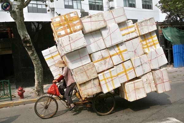 Женщина с пенопластом на переработку на улице Шанхая. Фото:bigpicture.ru