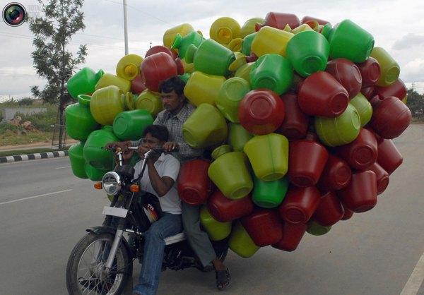 Мужчина везет пластмассовые горшки на рынок в южно-индийском городе Хайдерабад. Фото:bigpicture.ru