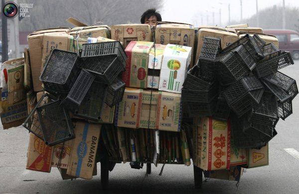 Рабочий перевозит товары на трехколесном велосипеде в Шеньяне, северо-восточная китайская провинция Ляонин. Фото:bigpicture.ru