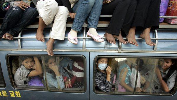 Работники швейных фабрик в Пномпене. Фото:bigpicture.ru