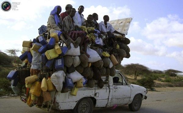 Жители Могадишу на пикапе с молоком и другими товарами. Фото:bigpicture.ru