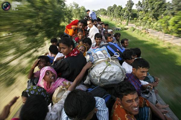 Пассажиры на поезде в Мименсинг из Дакки. Фото:bigpicture.ru