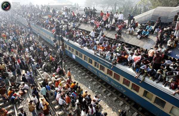 Переполненный поезд уезжает со станции в Дакке в преддверии Курбан-байрама 20 декабря 2007 года. Фото:bigpicture.ru