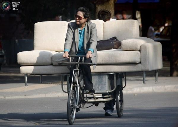 Женщина в центре Пекина перевозит только что приобретенный диван. Фото:bigpicture.ru