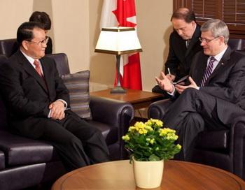 Канадский премьер-министр Стивен Харпер встречается с заведующим пропагандой китайской коммунистической партии Ли Чанчунем в Оттаве 19 апреля. Фото: Jill Thompson/PMO