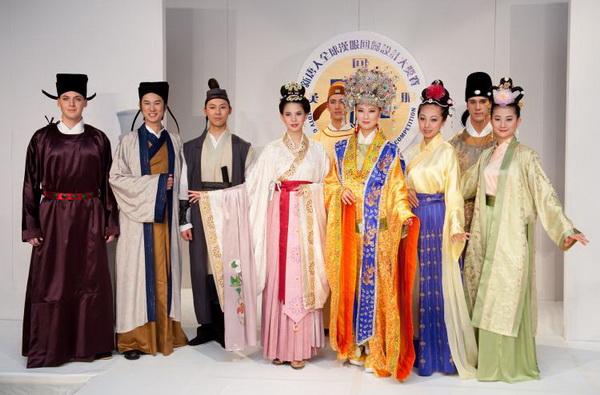 Модели, победившие в конкурсе одежды Хань, проводимом NTD TV. Фото: Дай Бин/Великая Эпоха