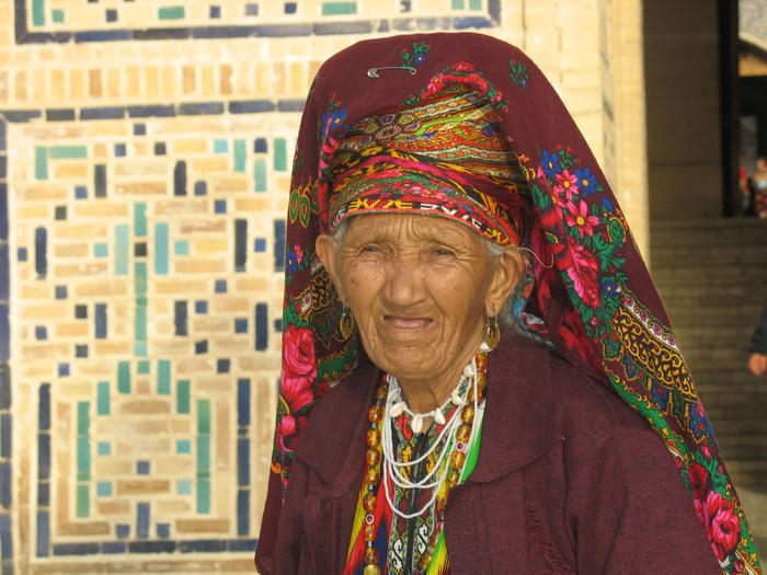 Местная жительница в традиционном наряде. Фото: Елена Голишева и Франсиско Гавилан