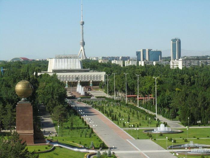 Мустакиллик майдони (Площадь Независимости) в Ташкенте. Фото: Елена Голишева и Франсиско Гавилан