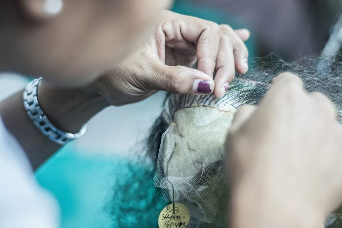 Мастерская по производству париков Сари Рамбут на острове Бали в Индонезии пользуется большой популярностью в Голливуде и театрах Бродвея. Фото: Putu Sayoga/Getty Images
