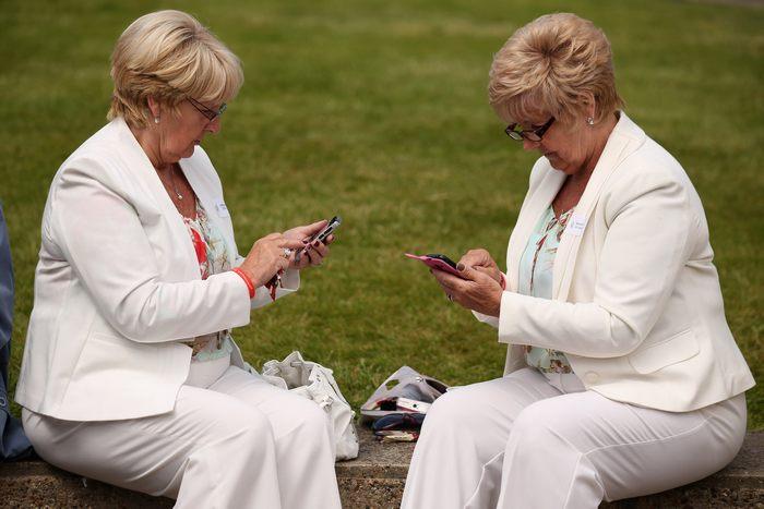 Близнецы, добровольно помогающие учёным в генетических исследованиях, собрались на празднование 21-й годовщины Департамента исследования близнецов Королевского колледжа при госпитале Св. Томаса в Лондоне 8 июня 2013 г. Фото: Oli Scarff/Getty Images