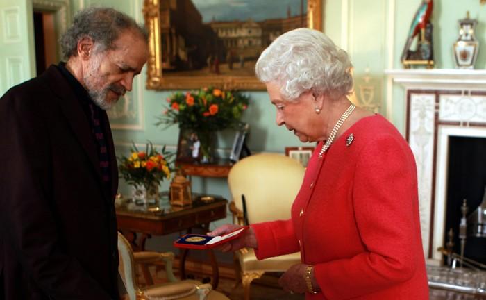 Королева Великобритании Елизабет II вручила золотую медаль поэтов детскому писателю и поэту Джону Эгарду 12 марта в Букингемском дворце в Лондоне. Фото: WPA Pool/Getty Images