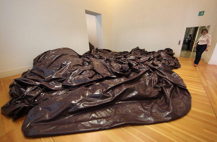 Индийский скульптор Аниш Капур представляет свою первую выставку в Берлине, в Martin-Gropius-Bau 17 мая 2013 г. Фото: Adam Berry/Getty Images