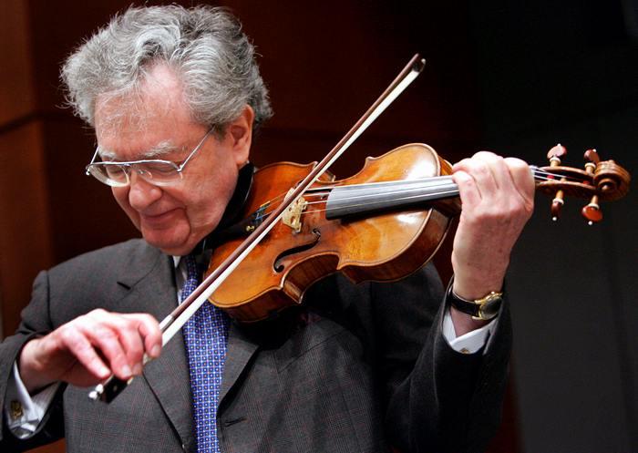 Льюис Каплан играет на скрипке Страдивари под названием Solomon, Ex-Lambert 1729 года на аукционе Christies. Фото: DON EMMERT/AFP/Getty Images