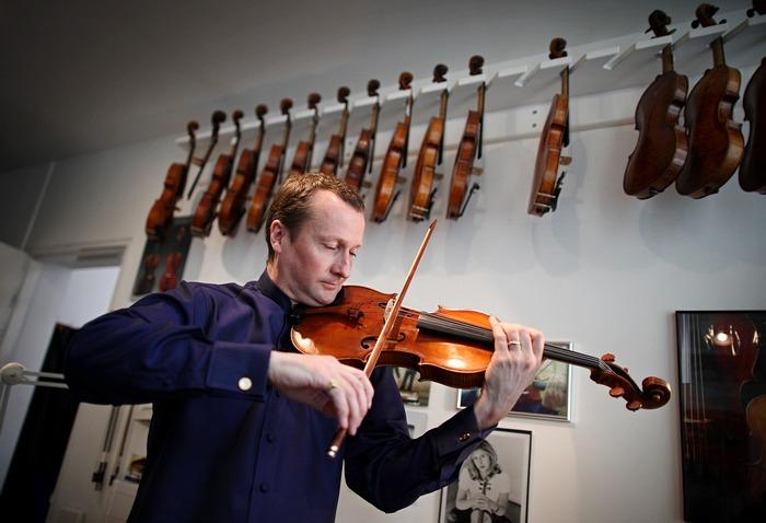 Филип Дьюкс играет на редкой скрипке Страдивари Archinto в Королевской музыкальной академии 9 марта 2011 года в Лондоне, Англия. Фото: Peter Macdiarmid/Getty Images