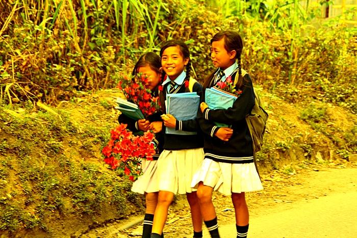 По дороге из школы. Дарджилинг.Darjeeling. Фото: Сима Петрова/Великая Эпоха (The Epoch Times)