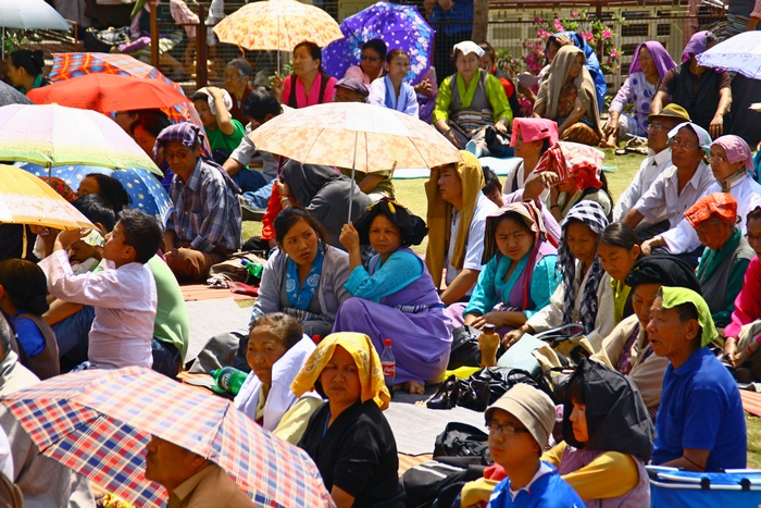 Жители Калимпонга слушают проповедь во время праздника во дворе храма. Дарджилинг. Darjeeling. Фото: Сима Петрова/Великая Эпоха (The Epoch Times)