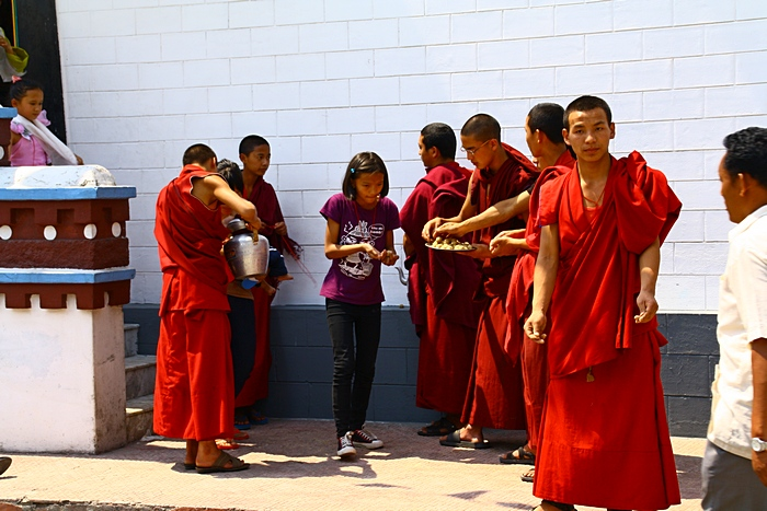 После поклонения в храме участники праздника получают прасад. Дарджилинг. Darjeeling. Фото: Сима Петрова/Великая Эпоха (The Epoch Times)