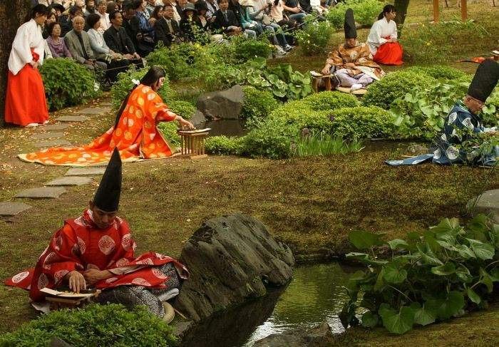 Традиционный древний праздник Киокусуи Но Эн – поэзии воды отпраздновали у храма Йоанангу в Японии 29 апреля 2013 г. Фото: Buddhika Weerasinghe/Getty Images