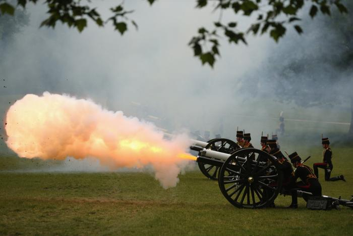 Артиллерийский салют в честь принца Филиппа на его 92-летие. Фото: Oli Scarff/Getty Images