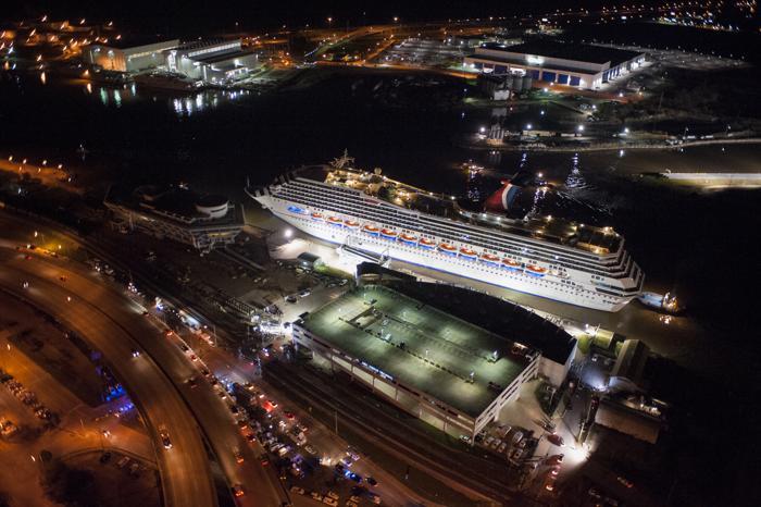 Пассажиров круизного лайнера Carnival Triumph спасли. Фото: Jeff Gammons/Getty Images