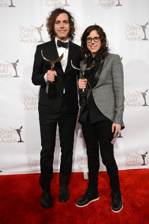 Писатели Джонатан Крисел и Кари Дорнетто победители в номинации «Лучший телевизионный сценарий». Фото: Jason Kempin/Getty Images for WGAw