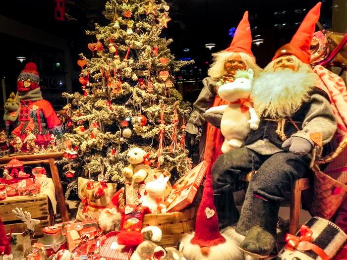 В новогодних витринах Хельсинки поселились гости из Лапландии. Фото: Лариса Кононова/Великая Эпоха (The Epoch Times)