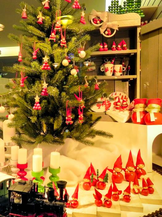 """Маленькие гномы и всё маленькое — для самых маленьких. Новогодние витрины Хельсинки. Фото: Лариса Кононова/Великая Эпоха (The Epoch Times) """""""