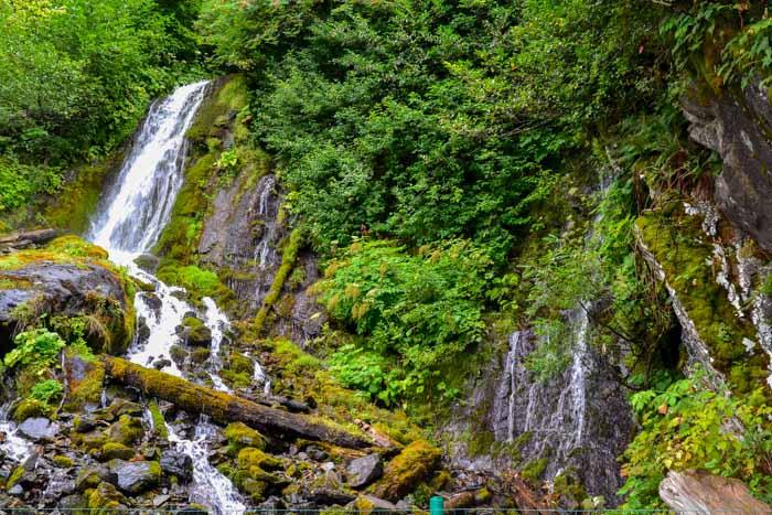 Молочный водопад — основной источник воды для озера Рица. Фото: Пётр Корнеев