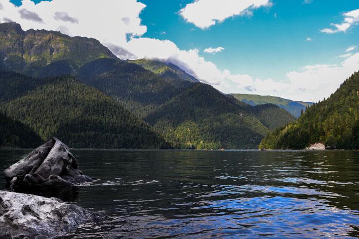 На озере Рица — горной жемчужине Абхазии. Фото: Пётр Корнеев