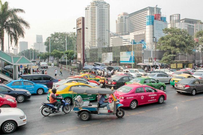 Среди такси снуют мото-такси и туктуки. Фото: Николай Карпов/Великая Эпоха (The Epoch Times)