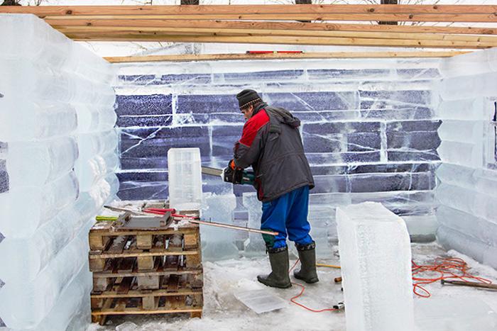 Скульптор возводит ледяной дом. Фото: Олег Луценко/Великая Эпоха (The Epoch Times)