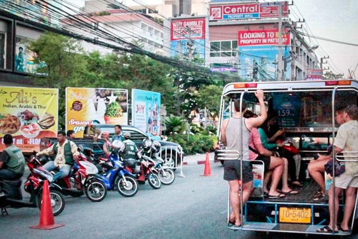 Мотоциклы и тук-тук на улице Паттайи. Фото: Николай Карпов/Великая Эпоха (The Epoch Times)