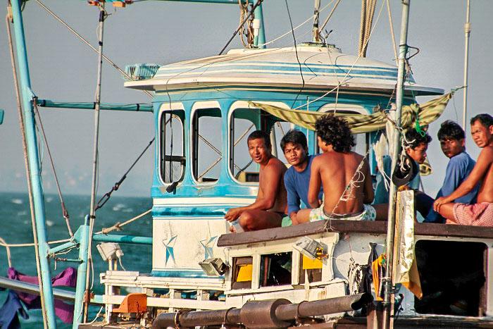 Тайцы отдыхают на рыболовецком судне. Фото: Николай Карпов/Великая Эпоха (The Epoch Times)