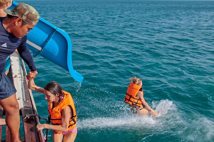 Катание с водных горок в открытом море. Фото: Николай Карпов/Великая Эпоха (The Epoch Times)