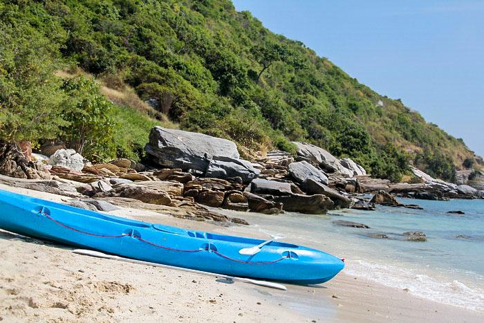Каяк на пляже Бамбукового острова. Фото: Николай Карпов/Великая Эпоха (The Epoch Times)