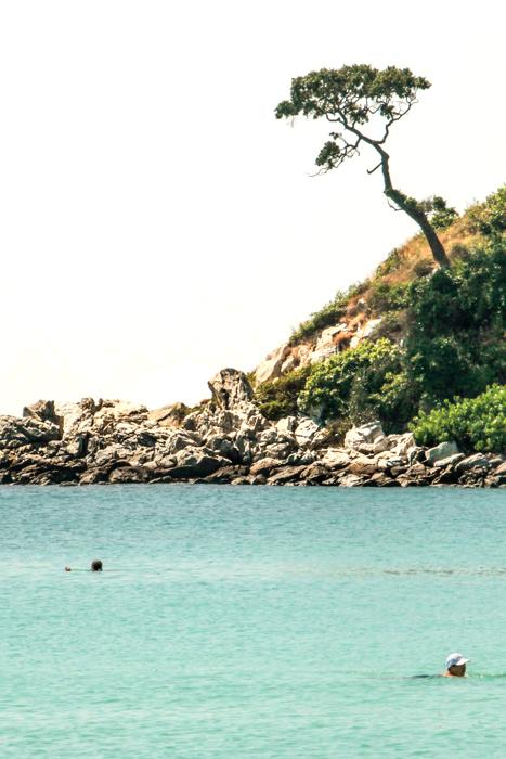 Каменистый берег Бамбукового острова. Фото: Николай Карпов/Великая Эпоха (The Epoch Times)