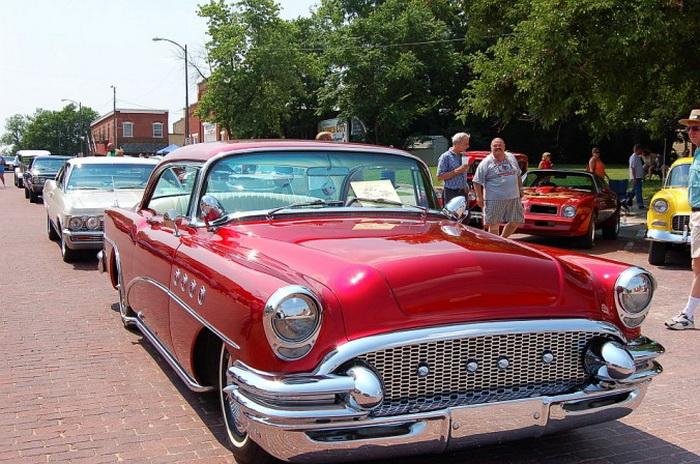 Buick Roadmaster 1957 года стал финалистом ежегодного конкурса, проводимого в День отцов в Болдуин-Сити, штат Канзас, 16 июня 2007 года. Автомобиль имеет изготовленную на заказ решётку радиатора и лакированное покрытие красного цвета. Фото: Cat Rooney/Великая Эпоха (The Epoch Times)