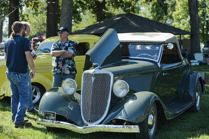 «Форд-Родстер» 1934 года с оригинальным стальным корпусом был показан в Оттаве, штат Канзас, на автошоу 21 сентября 2013 года. Владельцы автомобиля — Рон и Салли Арнольд. Фото: Cat Rooney/Великая Эпоха (The Epoch Times)