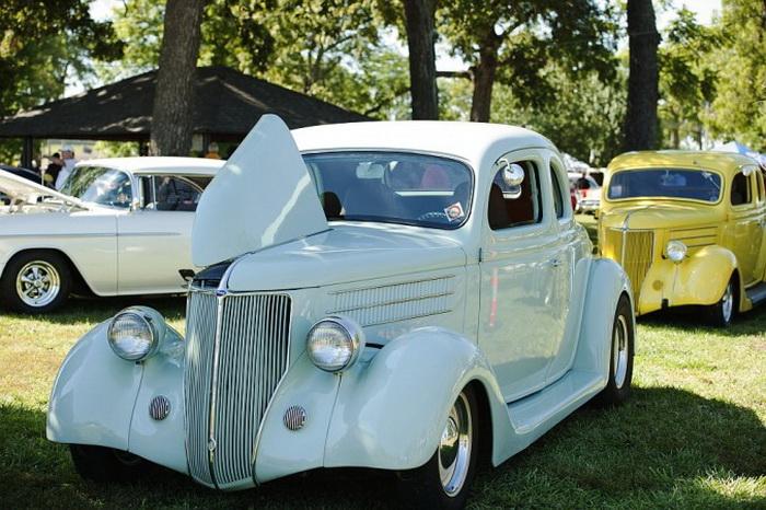 «Форд» 1936 года, принадлежащий Дж. Т. Швальму, с гоночным двигателем и добавленным для удобства кондиционером. Оттава, штат Канзас, автошоу, 21 сентября 2013 года. Фото: Cat Rooney/Великая Эпоха (The Epoch Times)