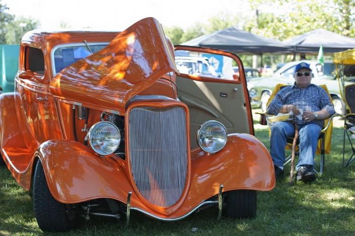 Оранжевый «Форд» купе с тремя окнами 1933 года выпуска. Имеет строгий внешний вид. Владелец — Джесси Джеймс. Автомобиль был показан в Оттаве, штат Канзас, на автошоу 21 сентября 2013 года. Фото: Cat Rooney/Великая Эпоха (The Epoch Times)