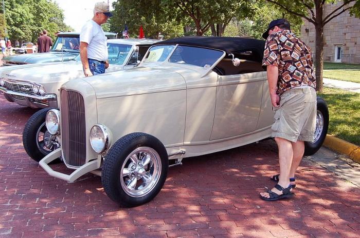 «Форд» Highboy Roadster 1932 года с изготовленным на заказ наклонным задним окном, покрашенный в тёмно-серый цвет. Болдуин-Сити, штат Канзас, автошоу, 15 июня 2007 года. «Форд» 1932 года является очень популярным американским классическим автомобилем. Фото: Cat Rooney/Великая Эпоха (The Epoch Times)