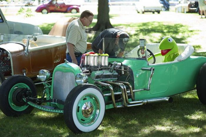 Лягушка Кермит любит располагаться на сидении водителя бросающегося в глаза зелёного хот-рода. Оттава, штат Канзас, автошоу, 21 сентября 2013 года. Фото: Cat Rooney/Великая Эпоха (The Epoch Times)