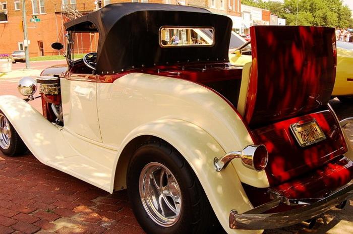 Классический хот-род Plymouth Roadster 1929 года в Болдуин-Сити на шоу самолётов, поездов и автомобилей 15 июня 2007 года. Он имеет большой двигатель и выступающие по обе стороны капота карбюраторы. Фото: Cat Rooney/Великая Эпоха (The Epoch Times)