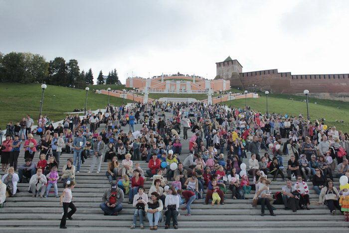 Зрители смотрят спектакль с Чкаловской лестницы. Фото: Николай Карпов/Великая Эпоха (The Epoch Times)