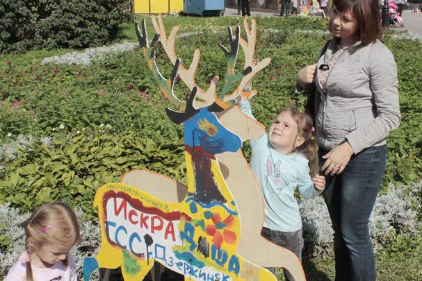 Разукрашенный детьми символ города в «Оленьем доме» на площади Минина. Фото: Николай Карпов/Великая Эпоха (The Epoch Times)