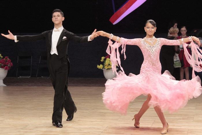 Выступление пары в категории «Юниоры 2», дисциплина «Стандарт». Фото: Николай Карпов/Великая Эпоха (The Epoch Times)