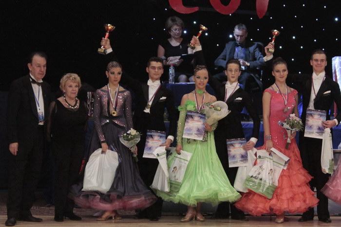 Награждение победителей в категории «Юниоры 2», дисциплина «Стандарт». Фото: Николай Карпов/Великая Эпоха (The Epoch Times)