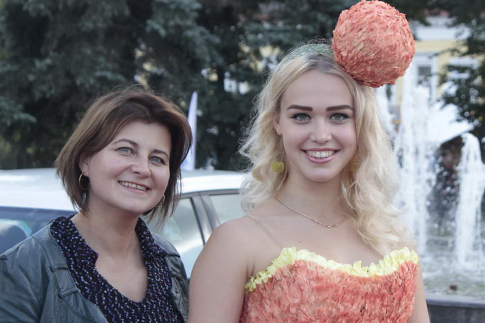 Флорист со своей моделью на конкурсе на лучшее цветочное платье. Фото: Николай Карпов/Великая Эпоха (The Epoch Times)
