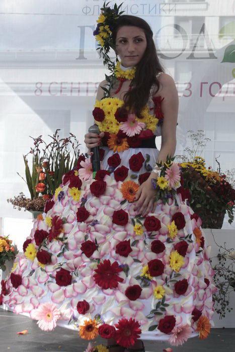 Участница творческого конкурса среди моделей цветочных платьев. Фото: Николай Карпов/Великая Эпоха (The Epoch Times)